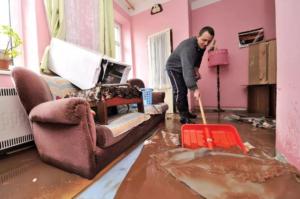 Арендатор затопил соседей кто должен выплачивать ущерб