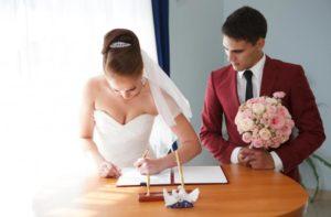 Как взять фамилию мужа через год после свадьбы