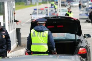 Имеет ли право гаишник обыскивать машину